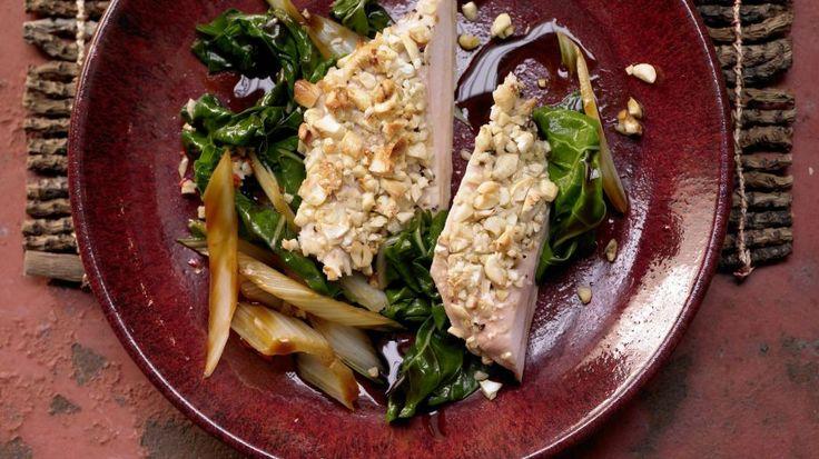 Hähnchenbrust mit Cashewkruste auf pikantem Mangoldgemüse: Appetitliche und eiweißreiche Allianz aus kernig-knackigen Zutaten und sanfter Schärfe.