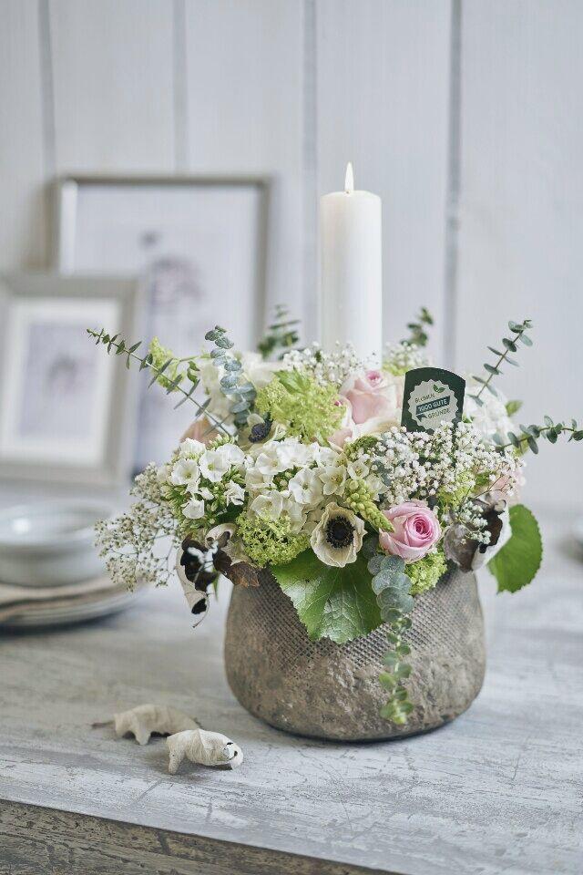 Auf der Mammilade n-Seite des Lebens   Personal Lifestyle Blog   DIY fruehlingshaftes Blumengesteck mit Kerze, Eukalyptus, Ranunkeln, Anemonen, Schleierkraut, Phlox, Rosen und Milchstern   1000 gute Gruende fuer ein florales Statement fuer den gedeckten Tisch oder das Sideboard
