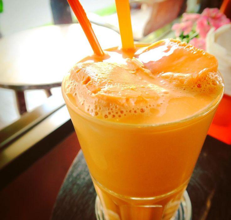 Thai milk tea : Cha Yen.  タイに来たら絶対驚くオレンジ色の飲み物タイ式ミルクティーチャーイエンここのカフェは氷までチャーイエン溶けても薄まらないやるなー  超あまーいでもなぜかうまーいこの気候ならではな飲み物初めてタイにも来た時にセブンイレブンのセルフで試しに買ったけど氷を入れずに飲んだら( )な状態になったスーパー甘い  タイに来た時のルーティン飲み物 . . . #chiangrai #thailand #trip #travel #worldtraveler #beverage #drinks #milktea #c hayen #thaimilktea #sweet #thaifood #food #foodie #チャーイエン #ミルクティー #旅 #紅茶 #オススメ #世界のごはん