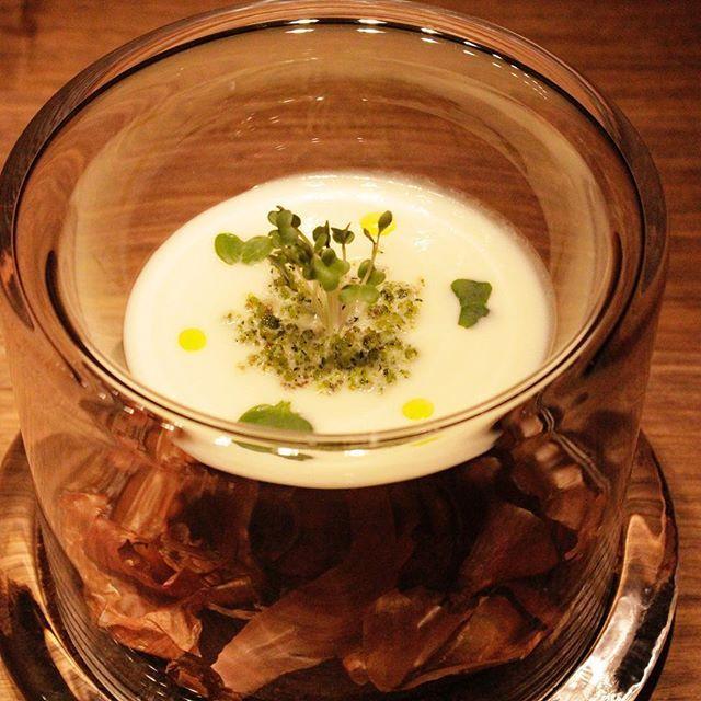 やっと梅雨らしくなってきたこの頃。 遊び心のある一皿。 『小さな玉葱畑』という名のスープ 今月だけコースでもアラカルトでも召し上がれます。 本日もご来店お待ちしております。 ~・~・~・~・~・~・~・~・~・~・~・ STEAKHOUSEV 0661478889 info@steak-v.com  #steak #steakhouse #steakhousev #ステーキ #肉 #usプライム #神戸牛 #近江牛 #アラカルト #コース料理 #北新地#チーズ #cheese #パスタ#pasta #寿司#たまねぎ #スープ