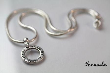 Vernada® Design -kaulaketju ELÄ. NAURA. RAKASTA. -tekstirenkaalla, hopeoitu, ohut #Vernada #jewelry #koru #jewellery #style #muoti #koru #voimakoru #voimasana #käsikoru #käsiketju #kaulakoru #suomestakäsin #käsityökortteli #finnishdesign #finnishfashion