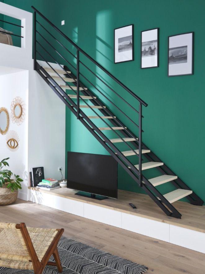 Un Escalier Moderne Et Minimaliste Au Look Industriel Pour Donner A Votre Interieur Un Esprit Loft Castorama Insp En 2020 Escalier Escaliers Modernes Escalier Droit