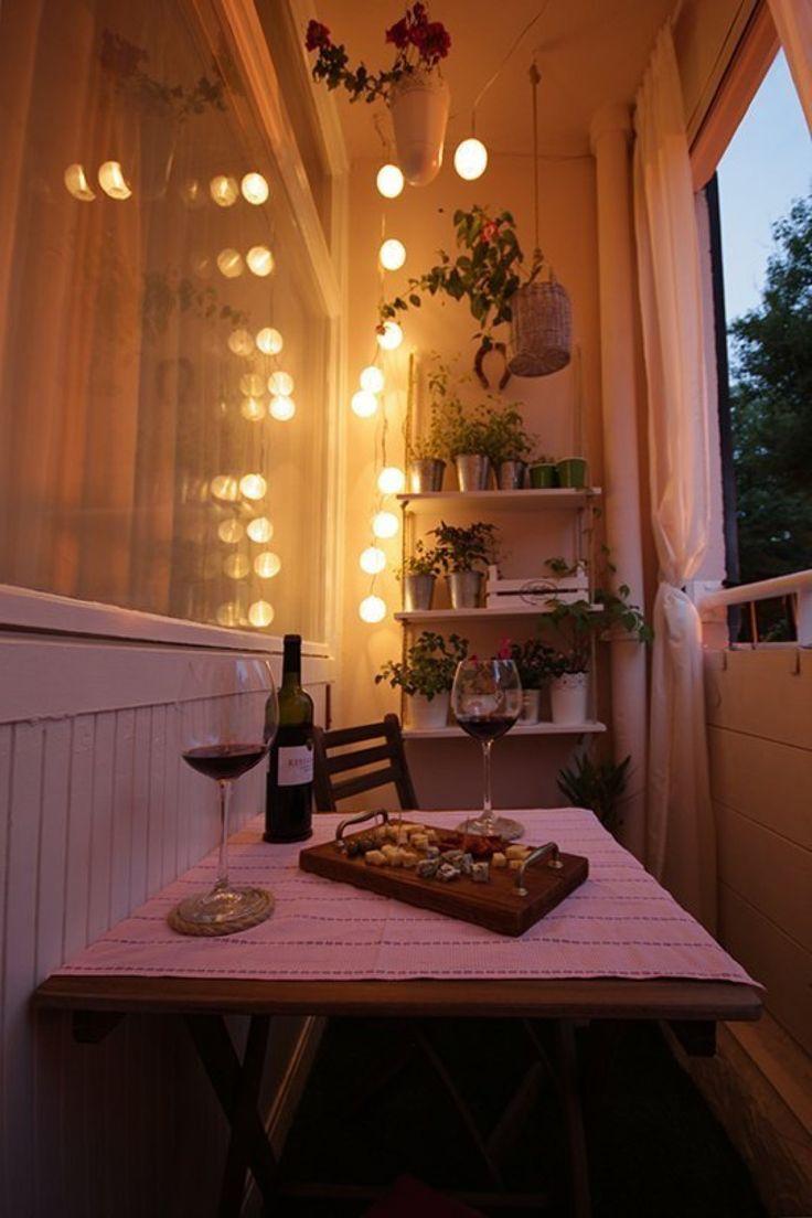 DIYで作り込んだコンパクトなベランダの屋外ダイニング 夕暮れにライトアップしてディナー