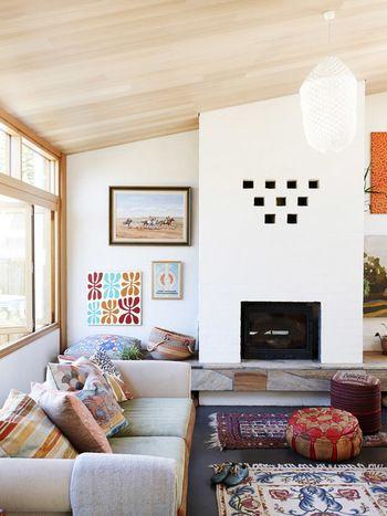 天井や壁、ソファなども落ち着いたカラーをチョイスしています。しかし、クッションやラグ、壁のディスプレイなどでカラーを取り入れています。カラフルですが、きれいにまとまっていますね!