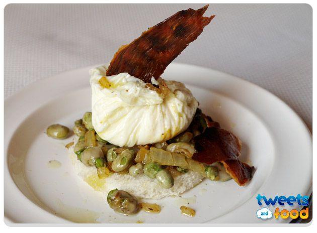 Huevos trufados poché con habas y jamón