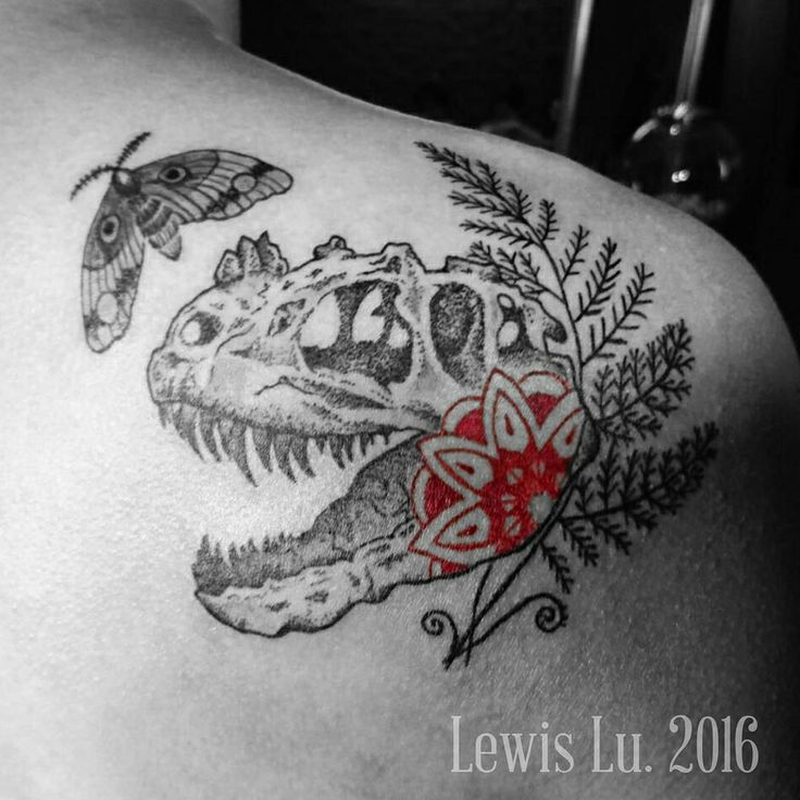 #trax#dinosaurtattoo#ferntattoo#moth#mandala#blackink#bw#blackandred#gravure#dotwork#shouldertattoo#暴龍#恐龍#骨骼#蛾#тиранозавр