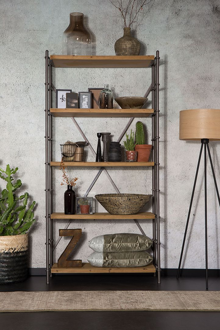 Stoere kast / boekenkast met vijf teak houten legplanken. De planken kunnen verlegd worden, zodat u zelf de kast indeling kan maken. Deze ijzeren kast is te bestellen bij www.wortelwoods.nl
