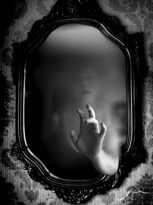 Me desperté por el golpe de un vidrio.  Primero pensé que era la ventana, hasta que oí que venía del espejo otra vez.
