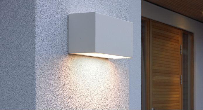 Funkcjonalny kinkiet Norlys Asker świetnie sprawdzi się jako oświetlenie punktowe na elewacji budynku. Dzięki niemu unikniesz potknięcia się o schody wieczorem, a także oświetlisz pożądaną strefę zewnętrzną budynku.