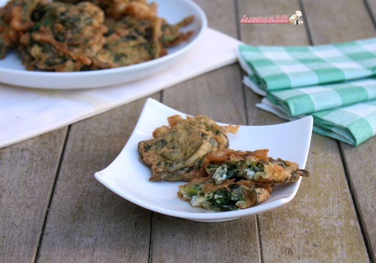 Frittelle di spinaci ricetta finger food per antipasto o aperitivo, facili e veloci da preparare anche per un buffet di festa. Blog giallo zafferano.
