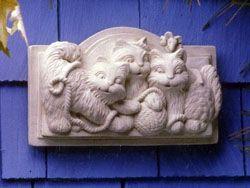 Товар #: 117 Эти маленькие котята не могу показаться, чтобы получить достаточно пряжи потерять. Даже мышь, глядя на очарован. Это может быть весело скульптура для комнаты или солярии ребенка. Может находиться в помещении или в саду. Цена: $ 42.00 Вес: 7,00 фунта Размеры: W 10.00x H 5.75x D 1.00 Состав: Hand Cast Stone Котята бляшки - Carruth Студия