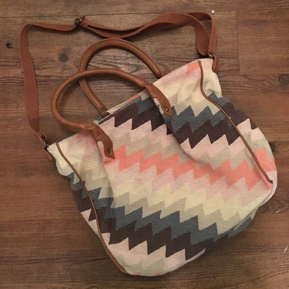 Cross body purse Good condition, used it as a school bag so you can fit a lot of stuff in it American Eagle Outfitters Bags Crossbody Bags