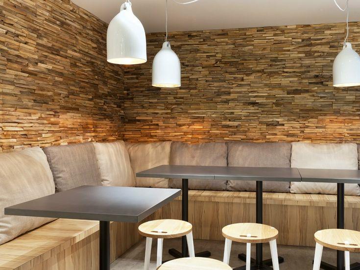A fa alapanyagú fali burkolólapok védelmet is biztosítanak a falnak, amellett, hogy díszítik azt, így szórakozóhelyen is jól alkalmazható!