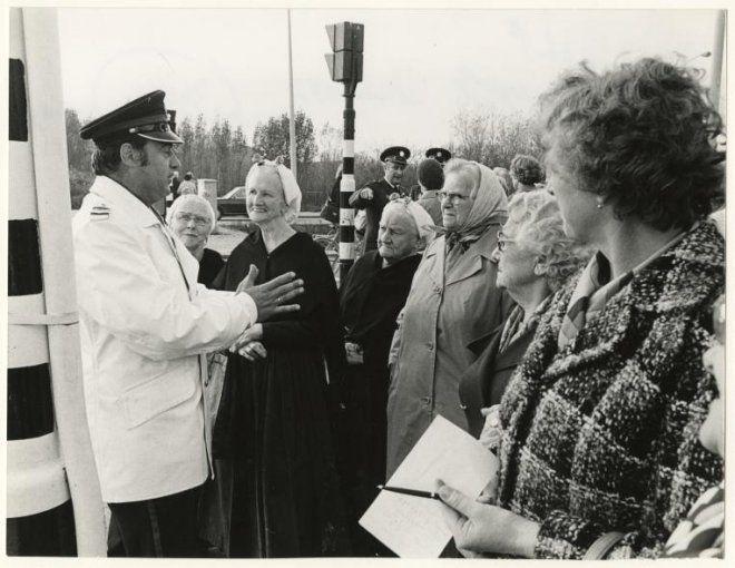 Politie, hoofdagent Sterk geeft ouderen van de sociëteit Bethelkerk (Jurriaan Kokstraat) les in oversteken bij de Sportlaan. 1977 R. de Hilster #ZuidHolland #Scheveningen