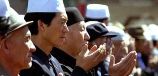 Doğu Türkistan'da namaz ve başörtüsü yasaklanıyor - Çin, Doğu Türkistan'da resmi kurumlar, okullar ve iş yerlerinde 1 Ocak 2015'den  itibaren Müslümanların namaz kılmalarını yasaklıyor. Namaz yasağının yanında dini giysilerle iş yerlerine gelme, kadınların başörtüsü takması ve kişinin İslam dini mensubu olduğunu gösteren diğer sembollere yasak geliyor.