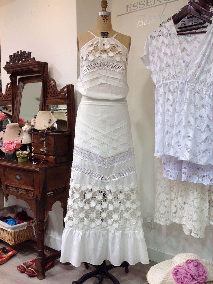 #MesDeLasMadres:  Los #vestidos blancos son esenciales para toda #mujer. Son el #regalo perfecto para este día de las madres.