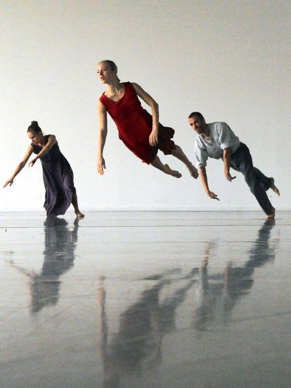 L'histoire fascinante d'Ohad Naharin, célèbre chorégraphe de la Batsheva Dance Company, dont les performances dégagent une puissance et une beauté inégalées. Le film nous dévoile le processus créatif d'un chef de file incontesté de la danse contempor...