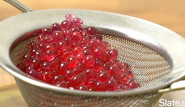 VIDÉO. Le caviar de grenadine, la recette de cuisine moléculaire pour les nuls | Slate.fr