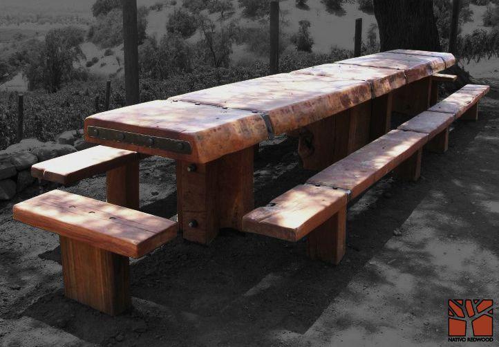 Nativo Redwood. Banca de roble rústico con flejes de fierro forjado empotrados en terreno. Dimensiones: 0.35x0.70 + 0.35x5.00 www.facebook.com/nativoredwoodsa