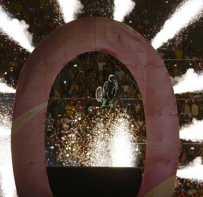 Aaron Wheelz voa na cerimônia de abertura da paralimpíada (Foto: Reuters)