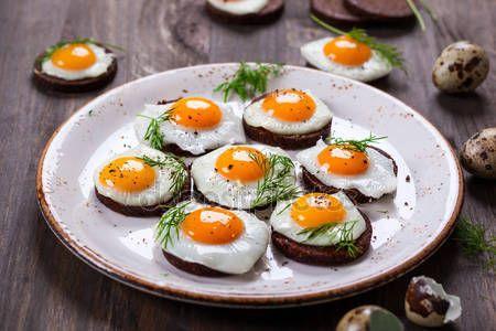 Vaktel ägg kanapéer — Stockbild #63972595