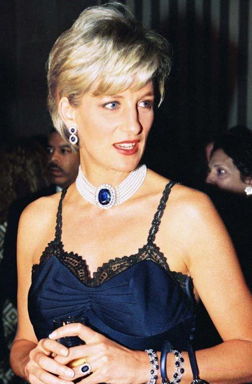 Lady Di usa a primeira criação de John Galliano para Dior em um evento do Metropolitan Museum of Art, 1996.