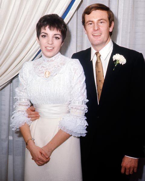 """Liza Minnelli e Peter Allen, 1967. Liza ha solo 21 anni quando sposa il protégé di sua madre, Judy Garland. Che non aveva avvertito la figlia che Peter era omosessuale. """"Tutti lo sapevano tranne me"""" raccontò anni dopo Liza ricordando i loro 7 anni di matrimonio."""