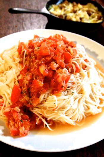 トマトの冷製パスタは人気のパスタ料理ですが、パスタよりも素麺の方が具材とよく馴染むので、一度お試しあれ。ツナ缶入りなので食べ応えがあります。