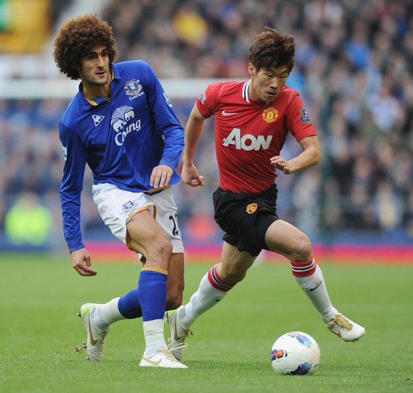Park Ji-sung Photos - Marouane Fellaini of Everton is challenged by Park Ji-Sung of Manchester United during the Barclays Premier League match between Everton and Manchester United at Goodison Park on October 29, 2011 in Liverpool, England. - Everton v Manchester United - Premier League