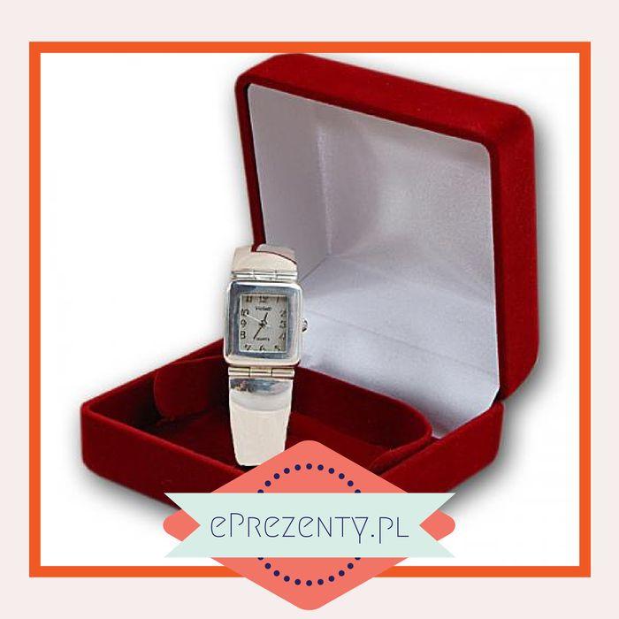 Bardzo fajnym upominkiem dla narzeczonej będzie ekskluzywny damski zegarek firmy Violett. Wykonany ze srebra, solidny i wytrzymały stanie się wieloletnią pamiątką dla narzeczonej i przyozdobi jej rękę w oryginalny sposób, dopełniając inne dodatki ze srebrnej biżuterii ukochanej. Aby wręczany przez Ciebie zegarek na zawsze pozostał w pamięci tej jedynej, możesz też zamówić grawer indywidualnej dedykacji. http://bit.ly/1uHjuqR