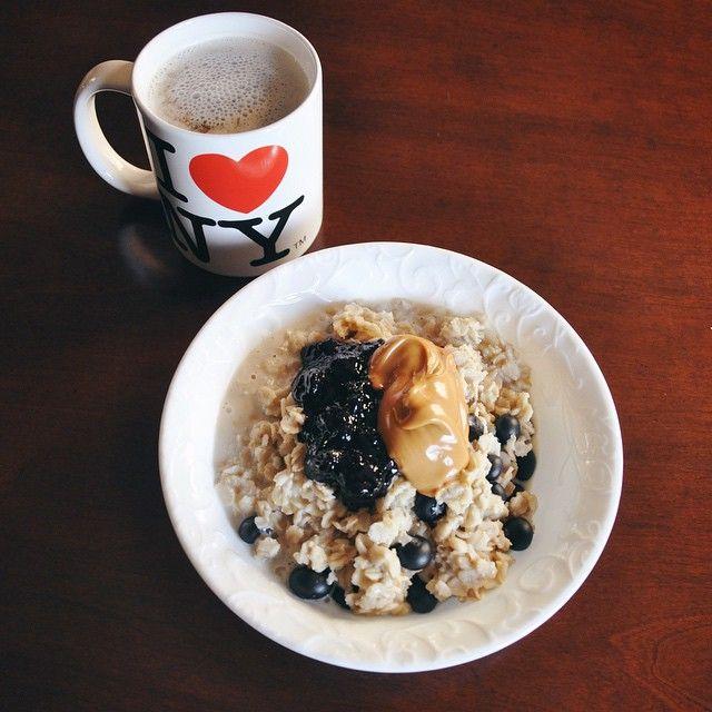 Never gets old...💁🏼❤️☕️ havregrynsgröt jordnötssmör blåbär kaffe mandelmjölk gröt mjölk