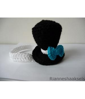 Super schattig baby hoofdbandje gehaakt met een heerlijk zacht kwaliteit garen! Met een leuk hoedje en een blauwe strik.