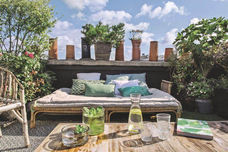 Pendant les beaux jours cette spacieuse terrasse se substitue au salon et à la salle à manger