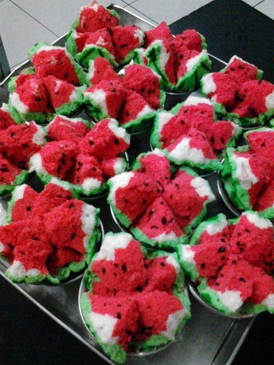 Resep bolu kukus semangka lagi, yang ini versi semangka lengkap mulai dari kulit hijau dan putih, daging warna merah dan isi bintik-bintik hitam.