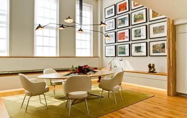 Fraaie combi door de ritmische en grafische kunst aan de wand waardoor een veel pittiger interieur ontstaat dan bij het ontbreken van de kunst.
