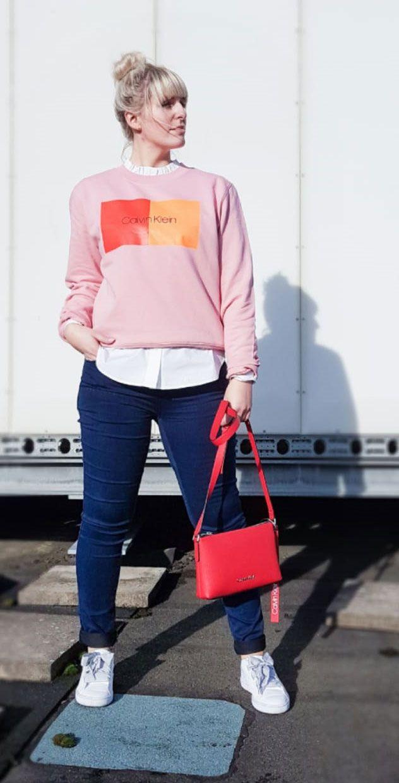ROSAROTE ? Aussichten bei deinem Outfit für jeden Tag. Bist du gerne sportlich? schick unterwegs?? Dann habe wir hier für dich ein Outfit mit CALVIN KLEIN Sweatshirt und Tasche. Trage unter dem Sweaty eine schicke Bluse und kombiniere Jeans von ONLY und Sneaker von PUMA dazu. Fertig ist dein Alltags-Look!?