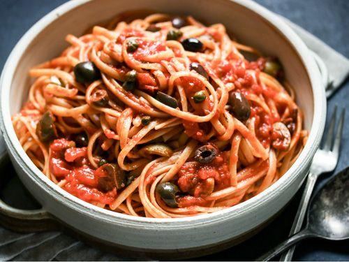 Los espaguetis a la puttanesca de Jamie Oliver están ricos ricos - Recetas Espaguetis