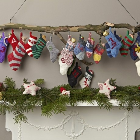 Adventskalender met gebreide sokken. Door Ietje  (advent calendar) Maybe a toy in each to place on the tree each day ? Great for littlies