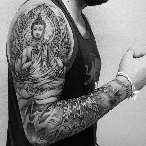 Enfin, voici un autre manchon tatouage Bouddha avec une variété de symboles et ornements bouddhistes.