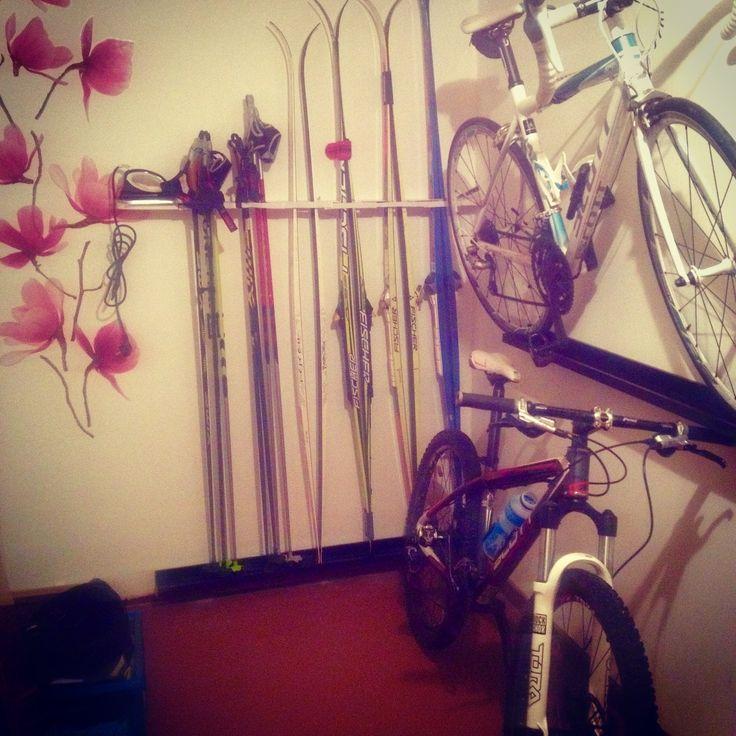 Alla sportprylar - ordning och reda. Cyklen och skidorna får vila på en tavellist, snygg förvaring.