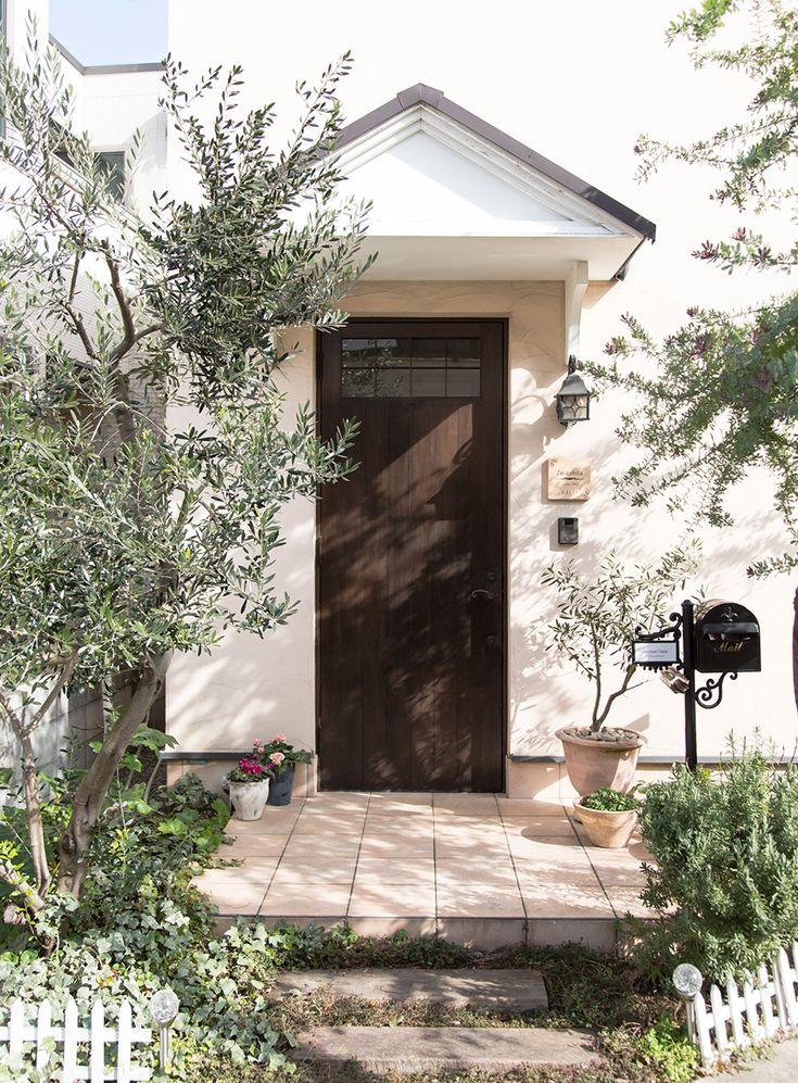 テラコッタを敷いた南欧風の玄関。表札、ポストなどにもこだわって、ネットなどで探し求めた。