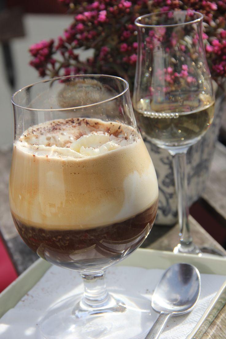 Noorbohandelens #IrishCoffee servers med en  mild og blød #Cooley #Irish #Malt #Whisky. Er du til søde sager, smag måske en #karibisk #chokolade med #rom. #smag #taste #café #noorbohandelen #nyord #govisitmoen