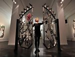 Para produzir as esculturas de ferro, Bob Dylan, 72, emprega rodas, cadeados e martelos, até transformá-los em outros objetos