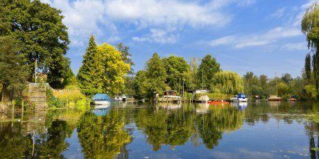 Klein-Venedig liegt im Gebiet Tiefwerder und befindet sich im Nordwesten von Berlin. Naturliebhaber kommen hier auf ihre Kosten. Es ist auch ein idealer Ausgangspunkt für Bootstouren, vorzugsweise auf einem Paddelboot oder Kajak.