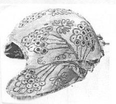 Paljettikirjailtu vanhoillinen tykkimyssyn koppa Pyhärannasta (Suomen kansallismuseon esinekokoelma. T-I Kaukonen: skk)