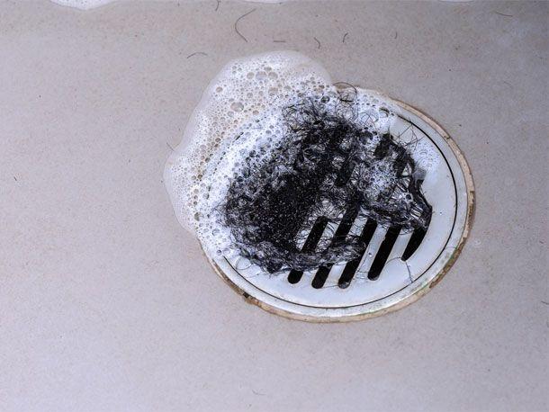 Was tun, wenn der Abfluss verstopft ist – und zudem noch unangenehm stinkt? Dieses günstige Hausmittel hilft sofort und macht den Abfluss wieder frei!