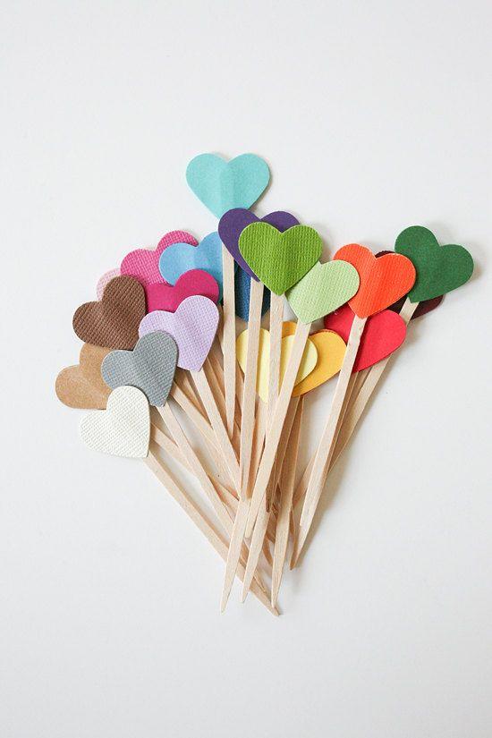 Enfeites para cupcakes ou tortinhas na festa de chá de panela. Você pode usar furador para artesanato em formato de coração e palitos de dente ou sorvete como suporte, dependendo do tamanho do prato.