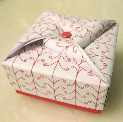 boîte en origami avec l'idee du moulin (une attache parisienne ca coute que dalle et je pense que deux ramettes de papier non plus meme du papier cool)