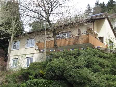 """6 - Zimmer Haus in Waldkirch Sehr gute und ruhige Wohnlage an der """"Wisserswand"""", einem gehobenen und beliebten Wohngebiet in sonniger Aussichtslage. Vom Grundstück haben Sie einen sehr schönen Blick zur Kastelburg und in das beschauliche Dettenbachtal. Details • Eingeschossiges und voll unterkellertes Einfamilienhaus mit Einliegerwohnung u. Doppelgarage.  • Das Haus wurde in kombinierter Massiv-/Holz-bauweise erstellt; das UG wurde in massiver, das EG in Holzständerbauweise ausgeführt."""
