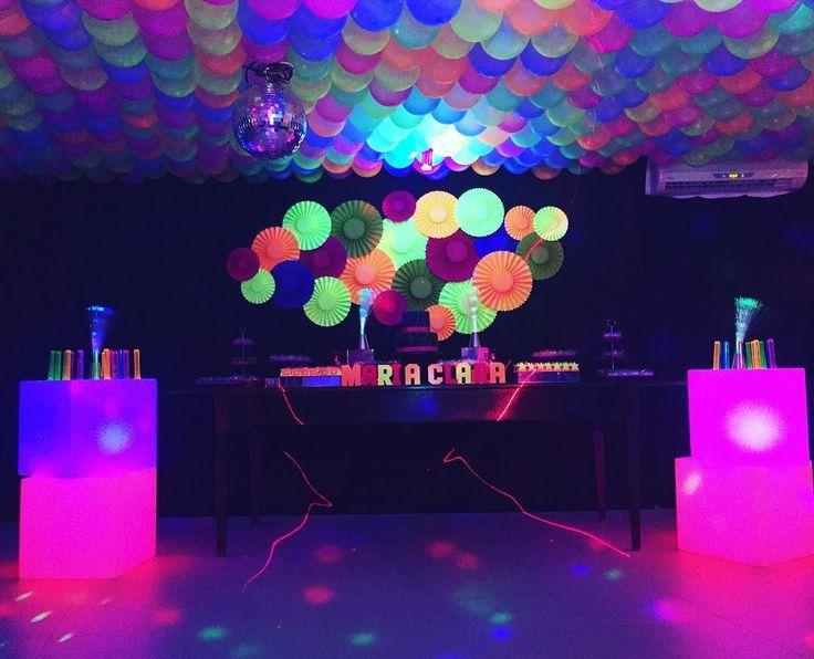 Conheça referências e ideias incríveis para decorar uma festa de 15 anos com o tema Neon. Confira!